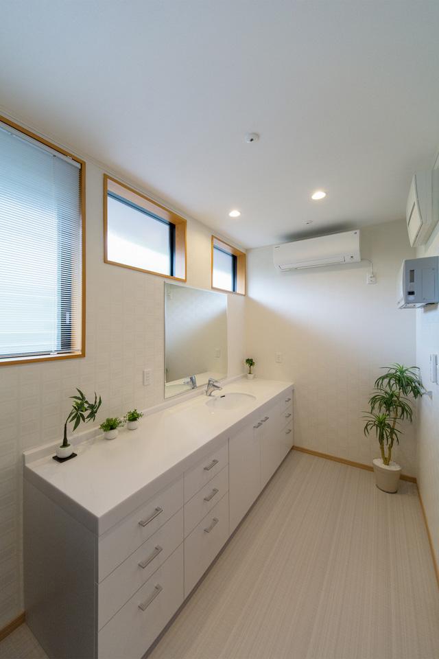 柔らかな自然光を生かした、洗面室。シンプルで収納力高い洗面化粧台はオーダー家具。