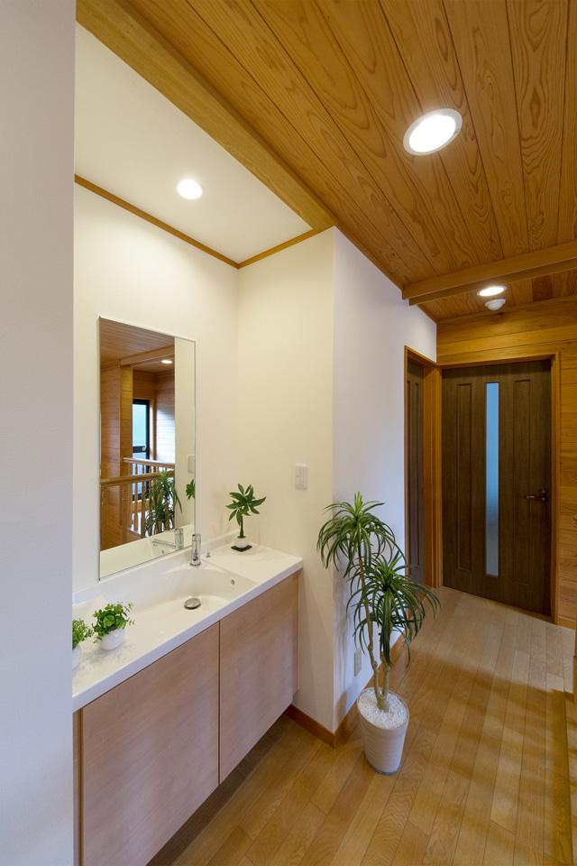 2階廊下の洗面コーナー。周囲に馴染むような家具調デザイン。