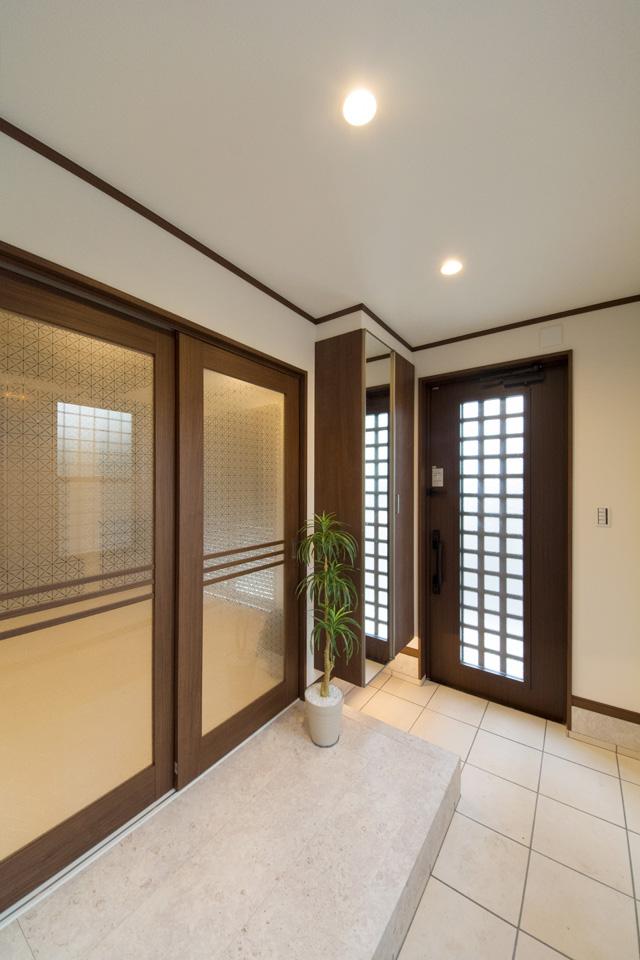 オリエンタルな雰囲気が漂う玄関スペース。