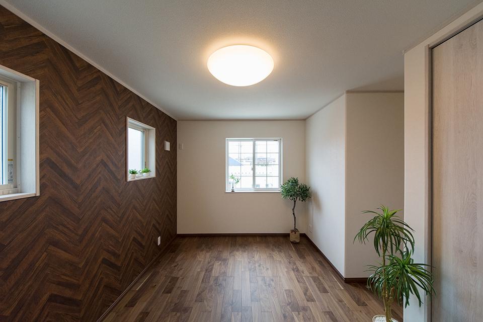 2階洋室。ブラックウォルナットのフローリングがナチュラルな雰囲気を演出。