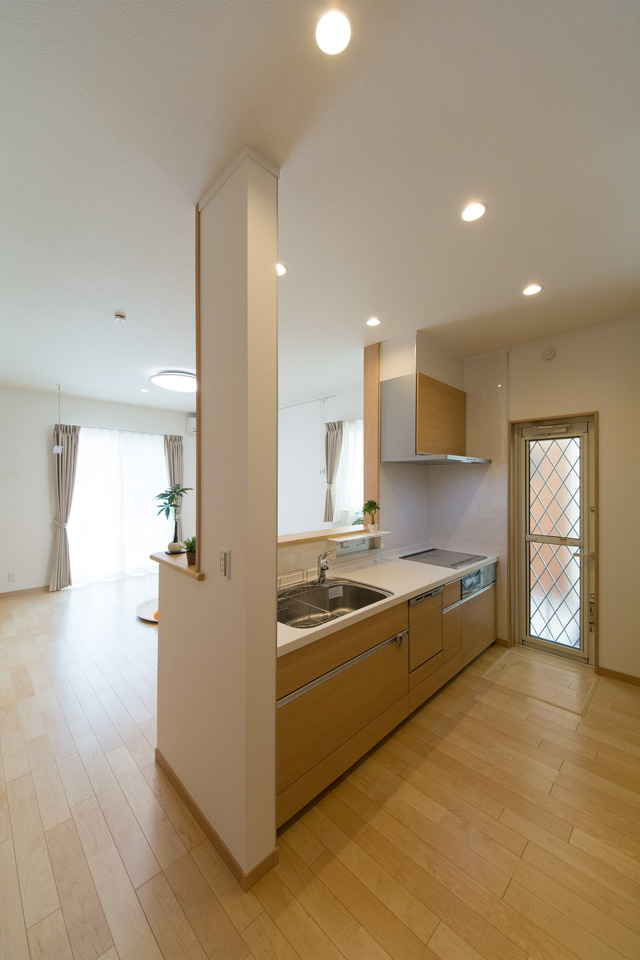 白を基調とした清潔感のある2階キッチンスペース。ブラウンのキッチンパネルがナチュラルな雰囲気を演出。