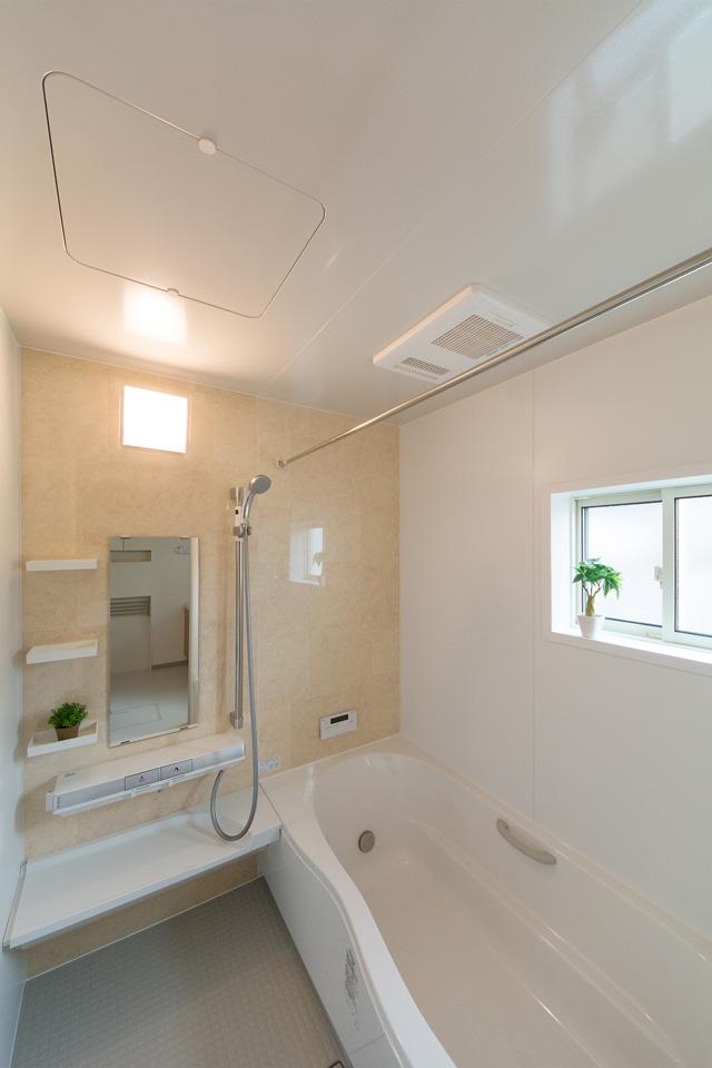 ナチュラルな配色で心地よい穏やかな空間の2階バスルーム。