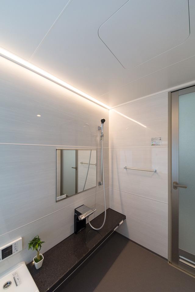 1分間で浴室を足元から温める床シャワー機能付き。