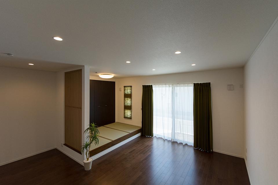 小上がりの畳スペースを設えたリビング。スリット格子がスタイリッシュな空間を演出。