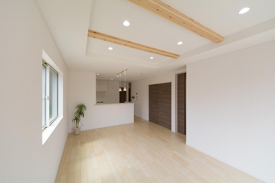 木のぬくもりを感じるシカモアのフローリング。天井の化粧梁と相まってナチュラルな空間を演出。