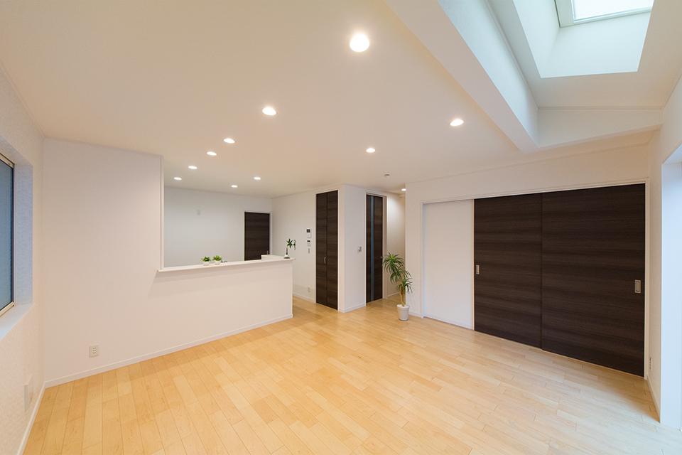 天井にトップライトを設えたリビング。明るく開放感のある空間に。