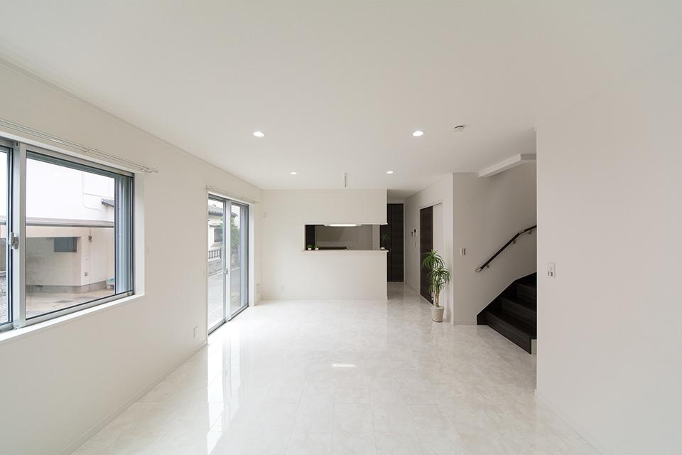 白を基調としたリビングは。モダンでスタイリッシュな空間に。