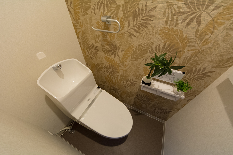 白を基調とした清潔感のある2階トイレ。アクセントクロスがエキゾチックな雰囲気に。