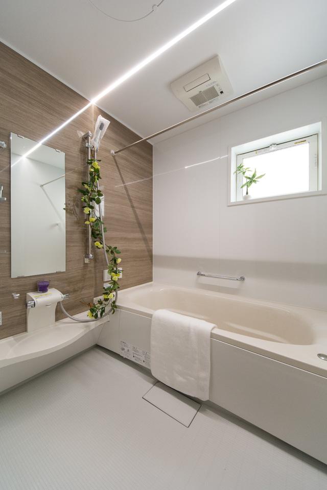自然な配色のアクセントパネルを使用したバスルーム。心地良い穏やかな空間に。
