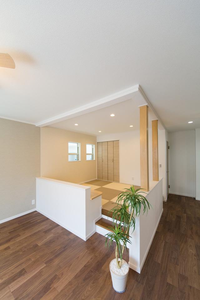 リビングの中心に設えた、小上がり畳敷きスペース。家族みんなが集う癒し空間。