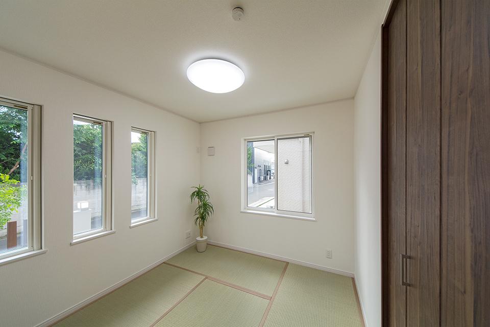 縦長の窓がモダンな雰囲気を演出します。