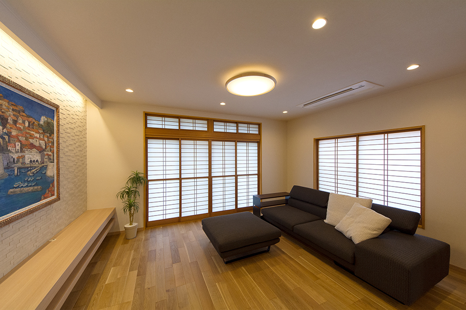 無垢材の挽き板フローリングは1年中裸足で過ごせるよう床暖房を装備。