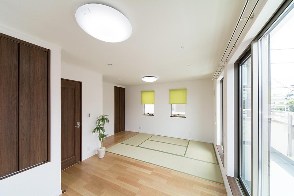 フローリングと畳敷き部分を分けた2階洋室。