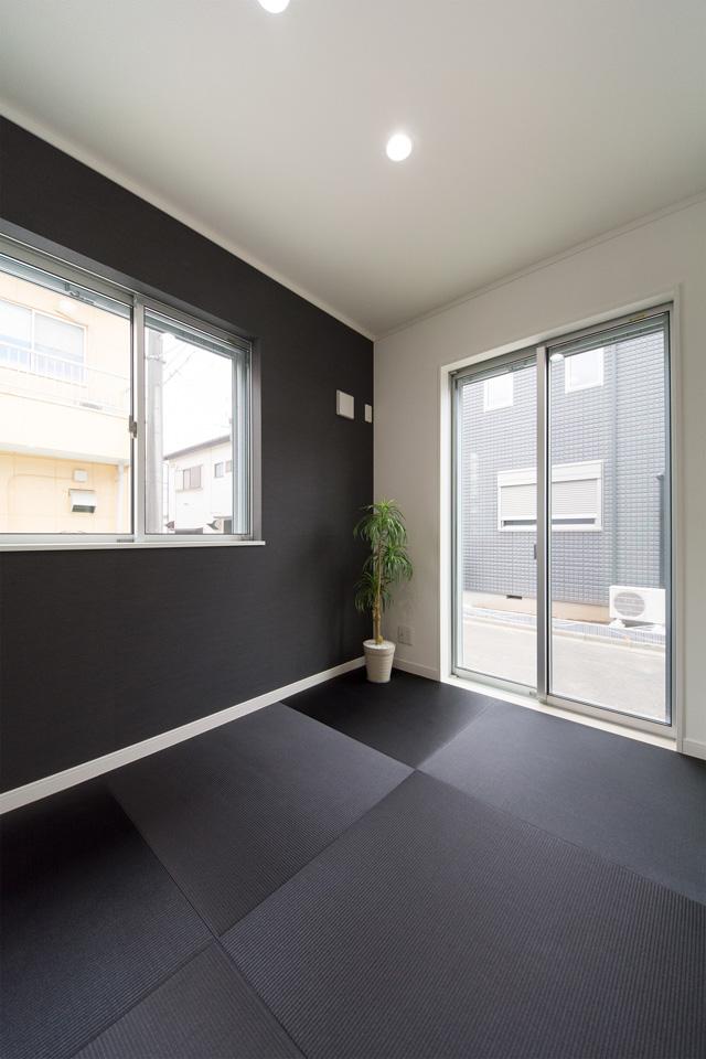 黒の畳でモダンな空間に仕上がった、1階畳敷きスペース。