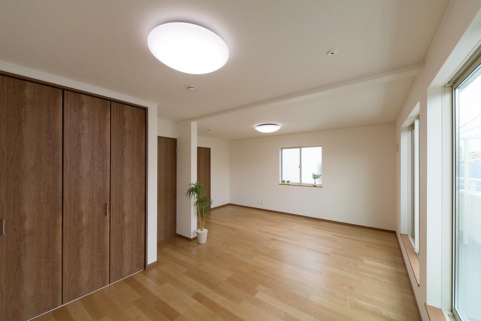 2階洋室。バーチのフローリングとチェリー調の建具が、リビング同様ナチュラルな空間を演出。