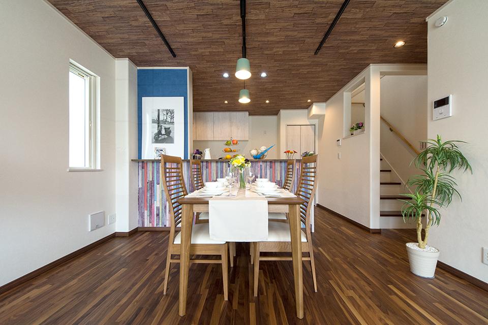 キッチンカウンター周りにあしらったヴィンテージ風木目調のアクセントクロスがダイニングスペースを彩ります。