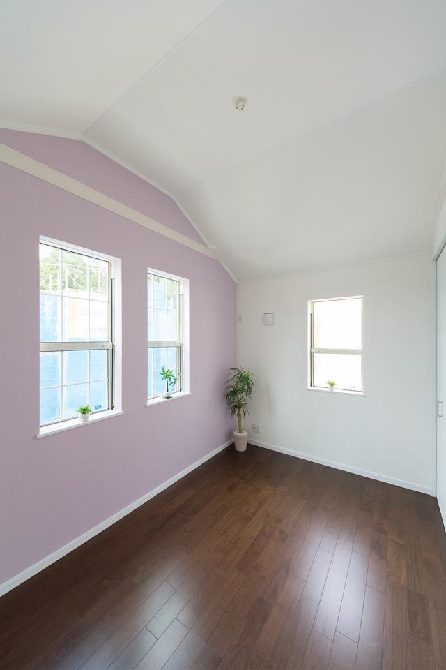 2階洋室。ブラックウォルナットのフローリングがメリハリのある空間を演出。
