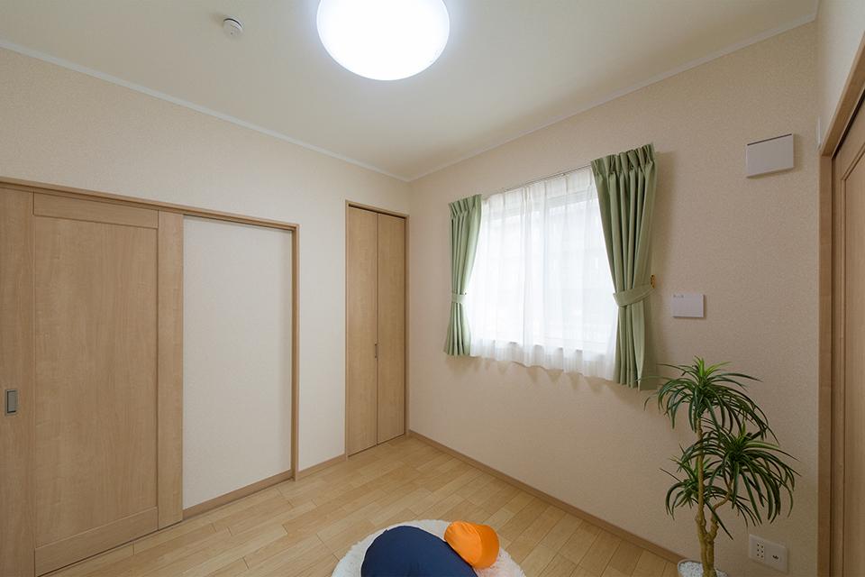 リビング同様ナチュラルな配色の1階洋室。