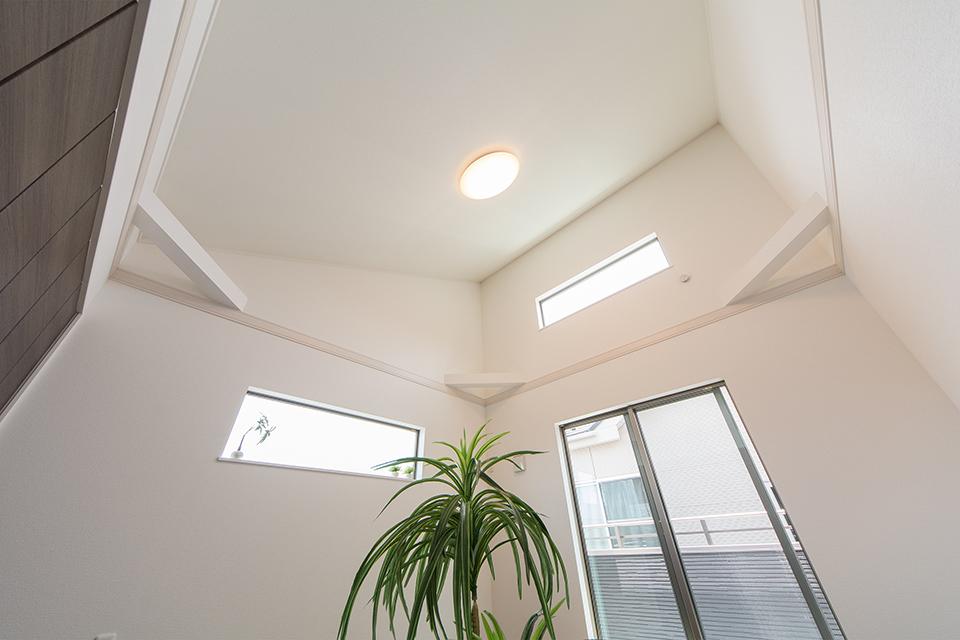 勾配天井で明るく開放感のある2階洋室。