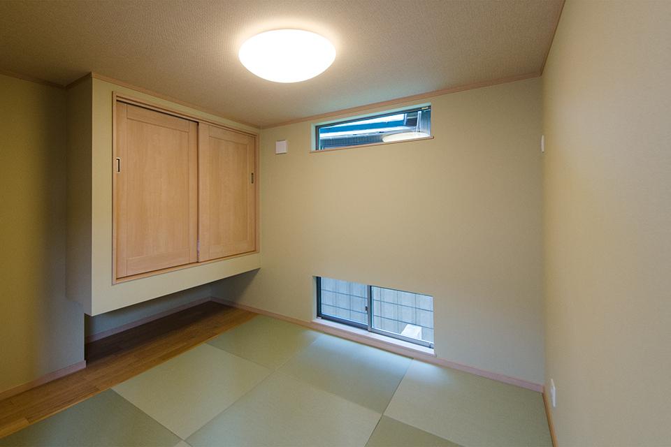 畳のさわやかなグリーンが空間を彩る1階畳敷きスペース。市松敷きにすることでモダンな印象を演出。