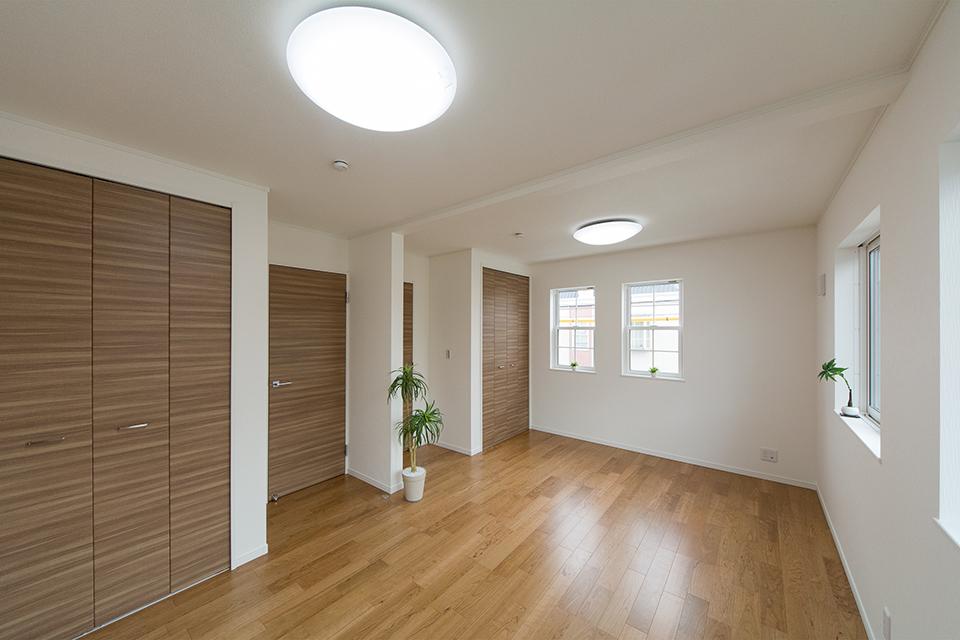 2階洋室。ブラックチェリーのフローリングとブラウンの建具がナチュラルな空間を演出。
