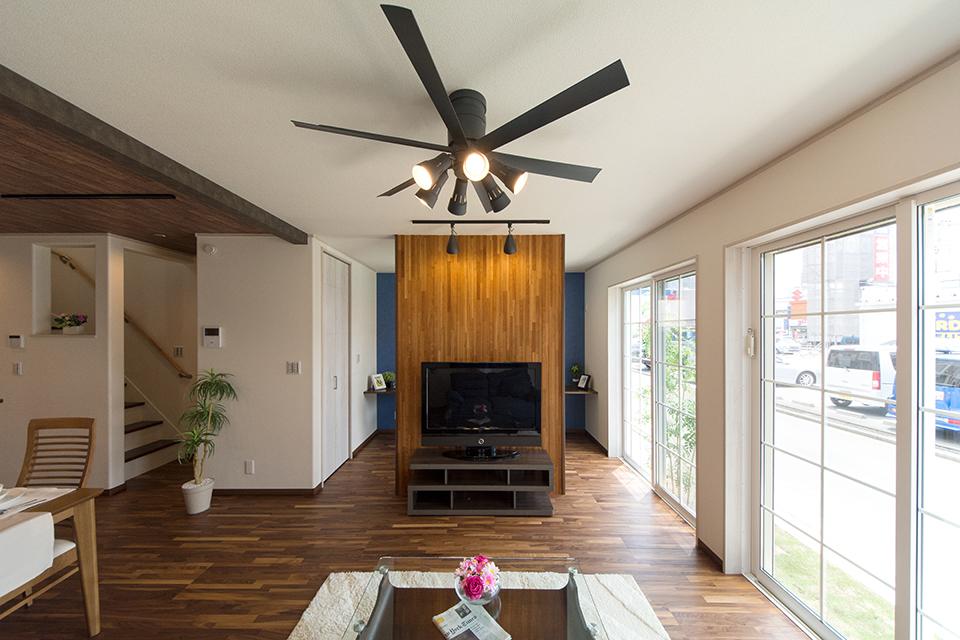 リビングにはインテリアファンを設置。空気の流れで快適な居住空間を可能に。