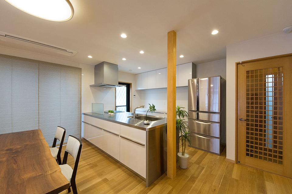 ステンレトップのモダンなキッチンはペニンシュラスタイル。