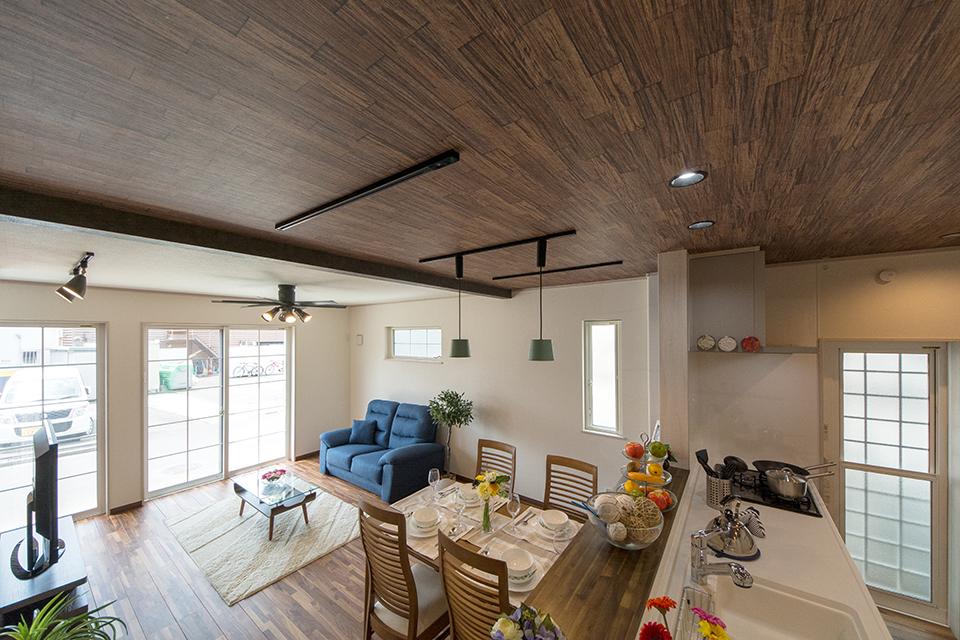 ダイニングキッチン天井にはウォルナットの木目調クロスをあしらい、ナチュラルな空間を演出。