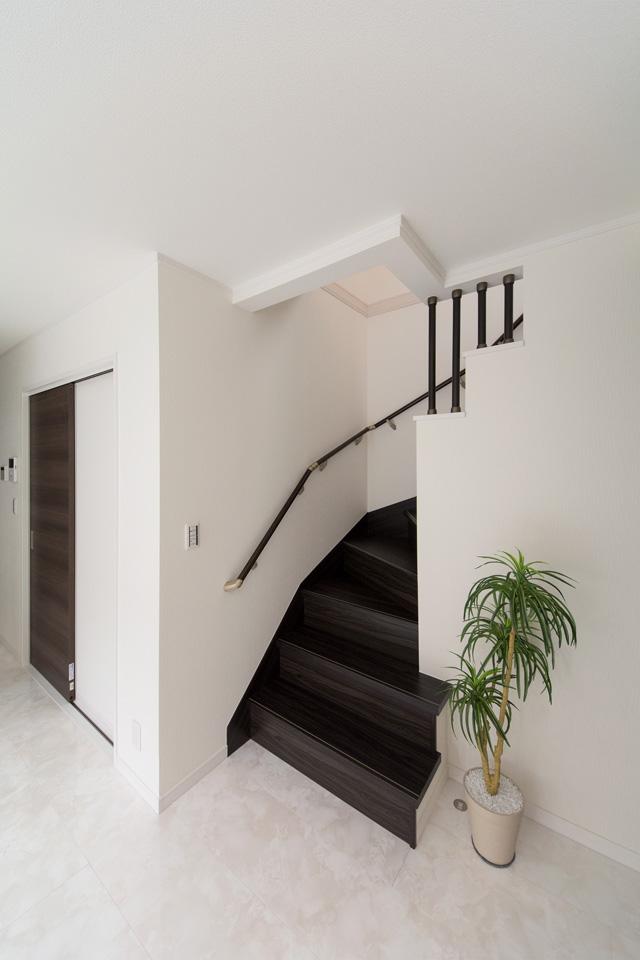 家族の笑顔とコミュニケーションを育むリビング階段を採用。