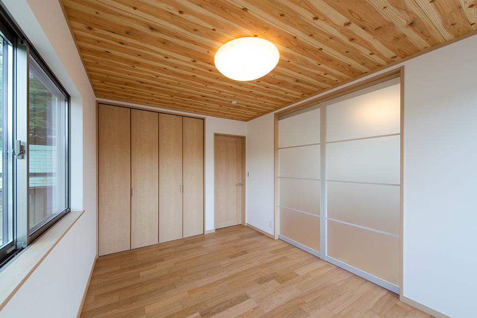 2階洋室。天井にあしらった木目調クロスがナチュラルな空間を演出します。