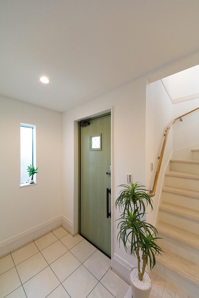 リーフグリーンの玄関ドアがエントランスを彩ります。