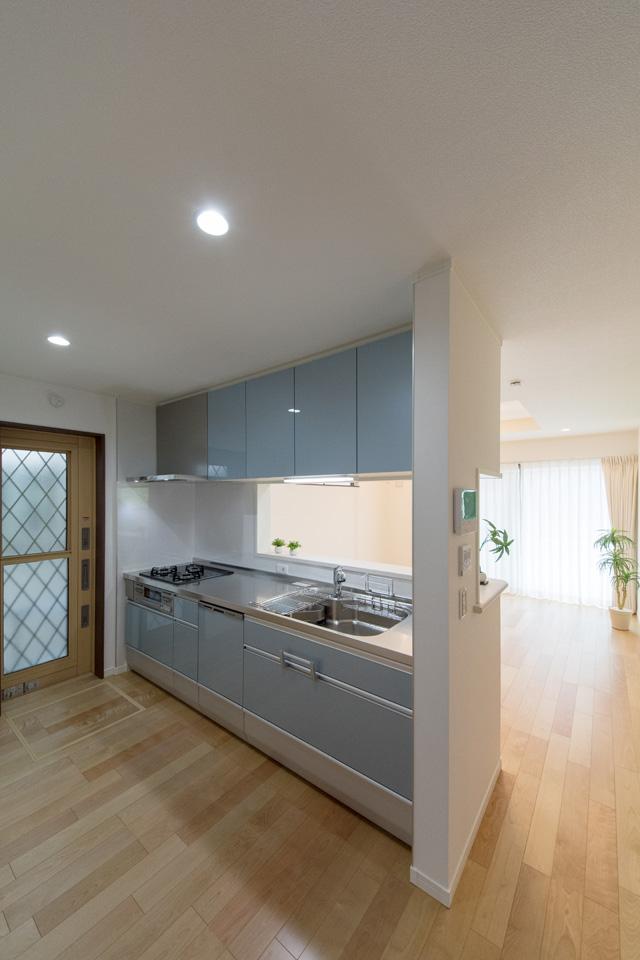 白を基調とした清潔感のあるキッチンスペース。ブルーグレーのキッチン扉が爽やかな印象をプラス。