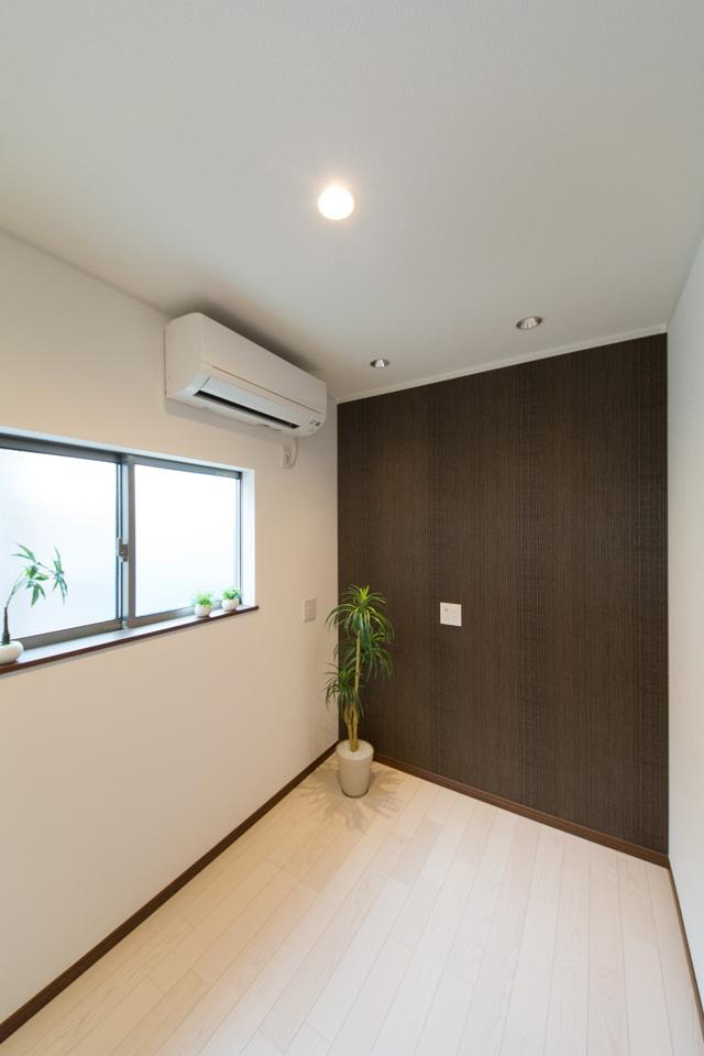 2階書斎/ダークなアクセントクロスがスタイリッシュな空間を演出。