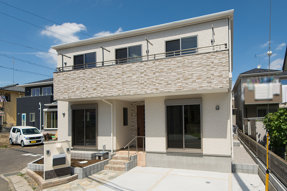 石積み調白のサイディングをメインに、石積み調ブラウンのサイディングでアクセントをつけた、シンプル&モダンなデザイン。