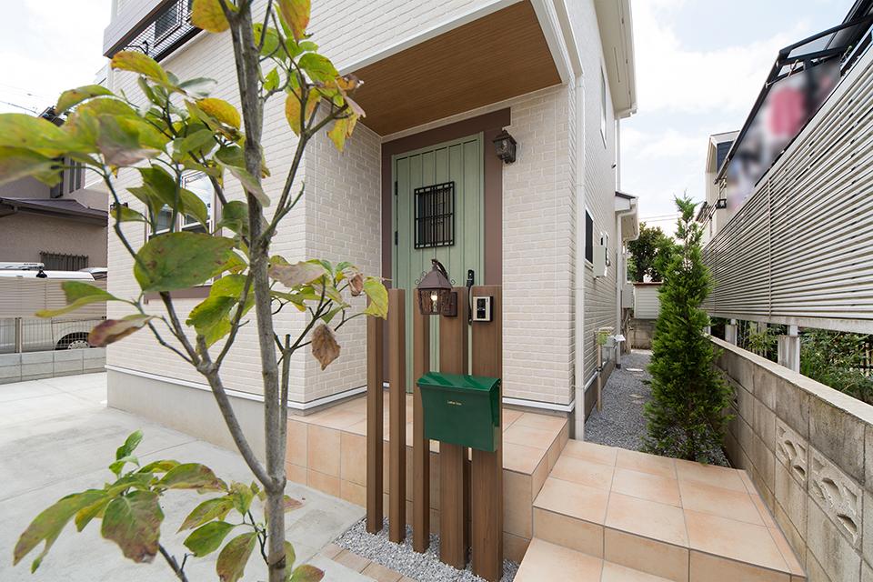 ナチュラルな雰囲気を演出するリーフグリーンの玄関ドア。