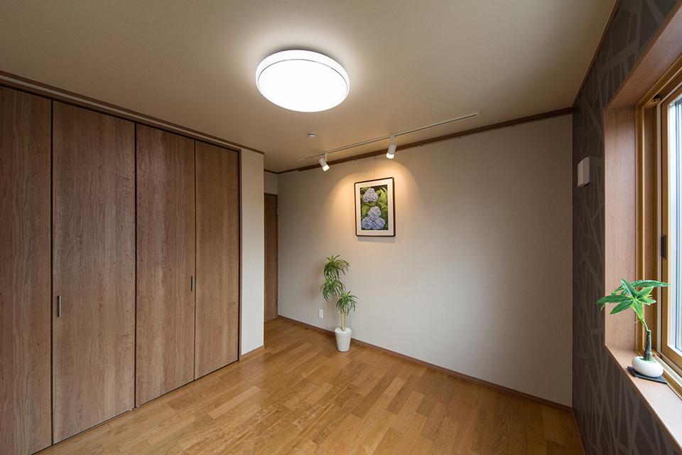 ご主人のこだわり「ギャラリー兼寝室」。アトリエで描いた絵を飾ったり、気分転換をはかる快適空間。