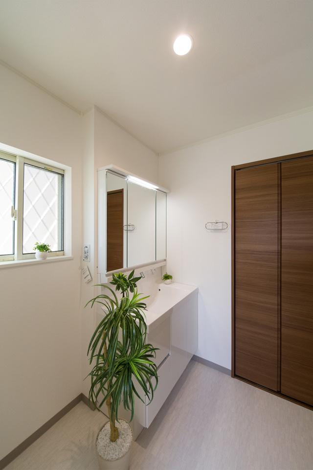 白を基調とした、清潔感のあるサニタリールーム。