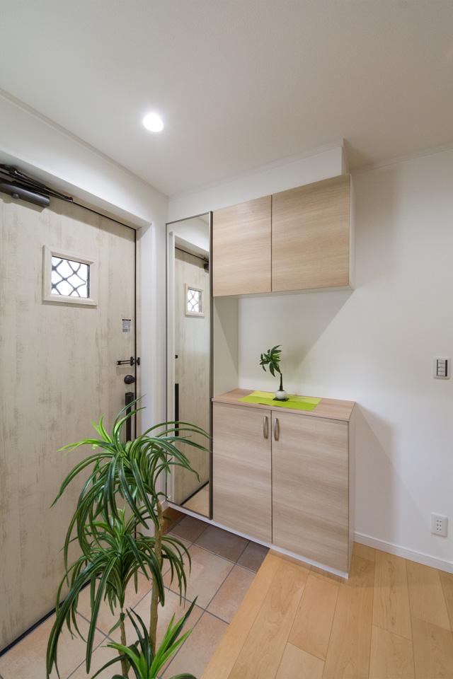 ナチュラルな雰囲気を演出するエクリュアイボリーの玄関ドアが印象的な玄関。