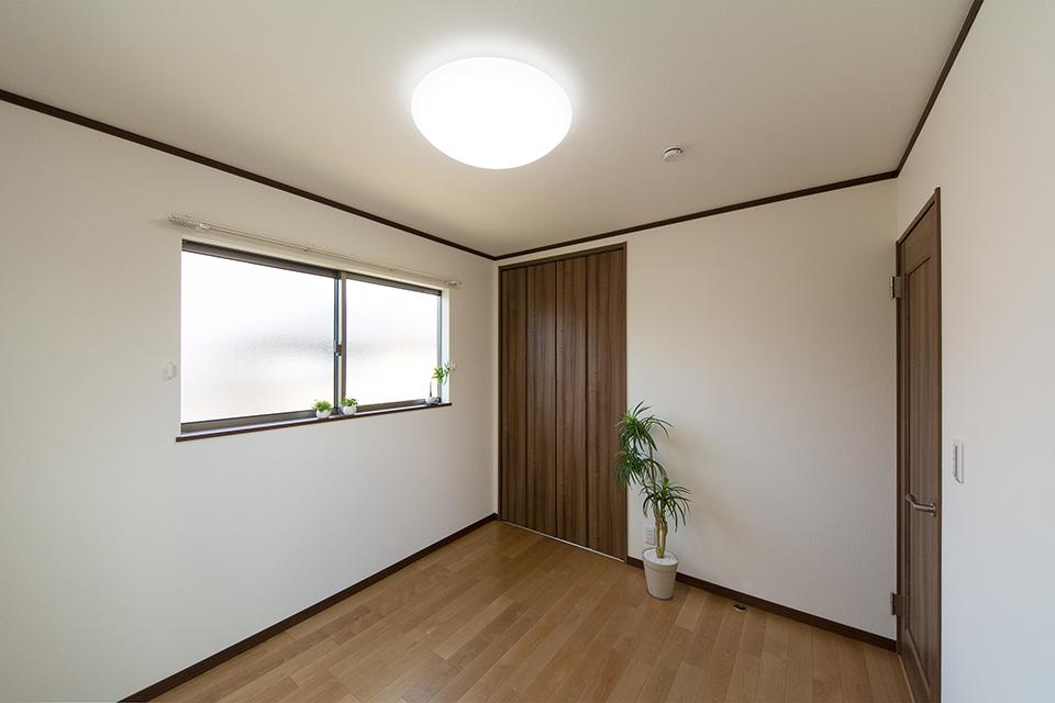 2階洋室。リビング同様ナチュラルな雰囲気に仕上がりました。