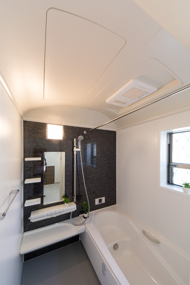 シックな色合いのアクセントパネルがエレガントな雰囲気を演出する西側バスルーム。
