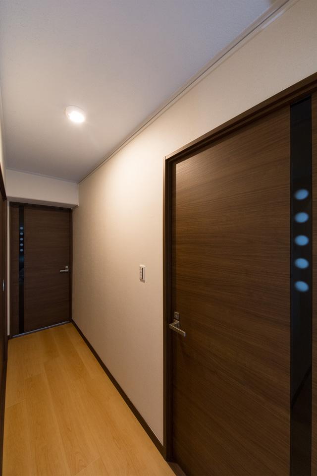 シックな印象の建具が落ち着いた雰囲気を演出する廊下。