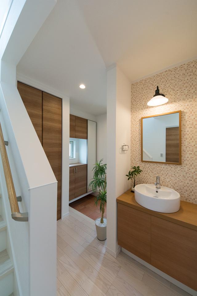 玄関脇に設置した洗面化粧台。