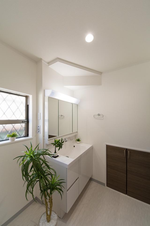 白を基調とした清潔感のある西側サニタリールーム。