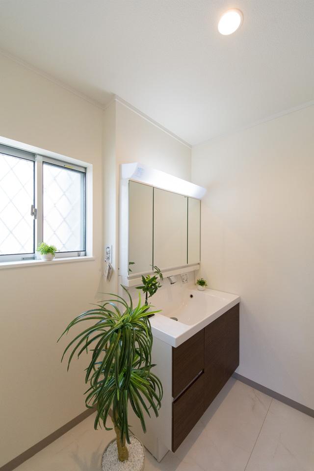 サニタリールーム―モカ色の洗面化粧台がナチュラルな雰囲気の空間を演出。