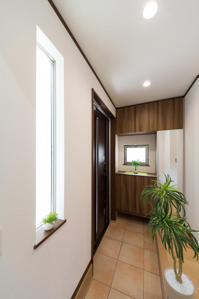 たっぷりと自然の光が差し込む、明るく開放感ある玄関スペース。