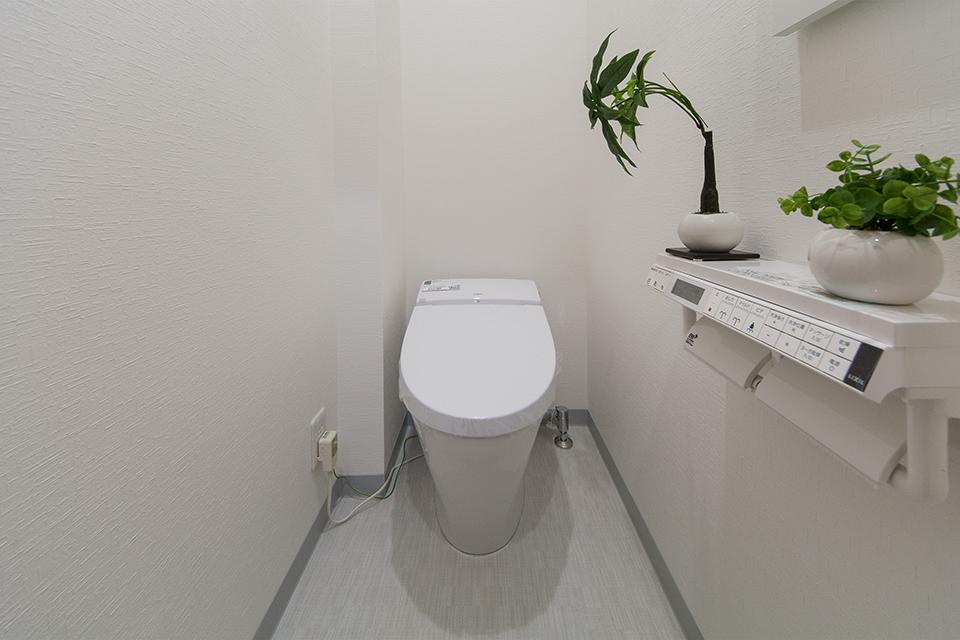 白を基調とした清潔感のある西側1階トイレ。