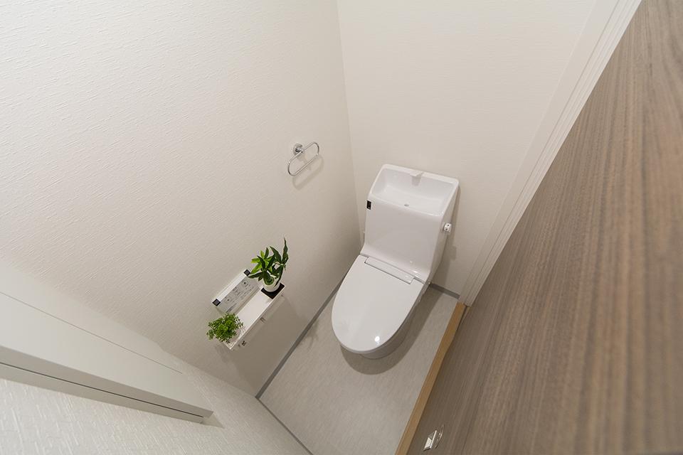 白を基調とした清潔感のある西側2階トイレ。