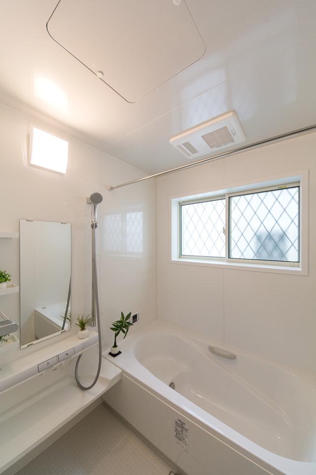 明るく清潔感のあるバスルーム。