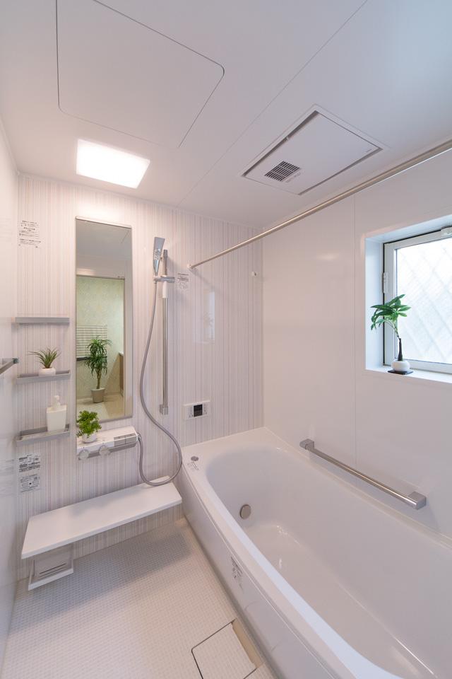 ストライプ柄のアクセントパネルが爽やかな印象を与えるバスルーム。