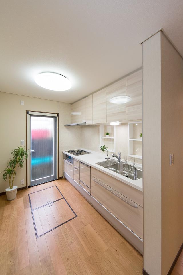 壁にニッチカウンターを設置したキッチンスペース。